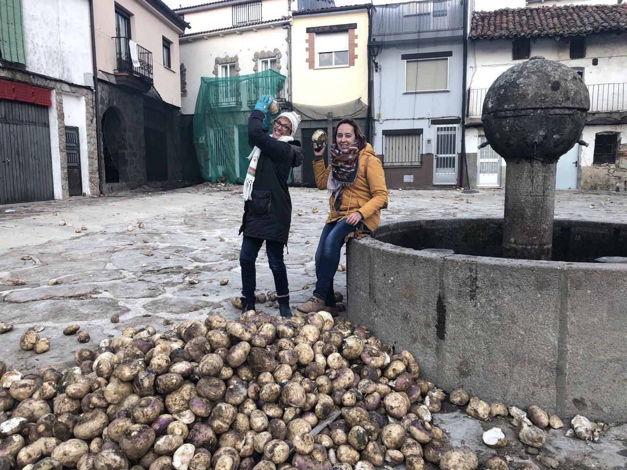 Chusa Barrantes y Lorena Rodriguez (en la fuente) dispuestas a defenderse